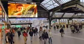 Ролик социальной рекламы «Молодежь за права человека» на экранах главного железнодорожного вокзала в Цюрихе (Швейцария).